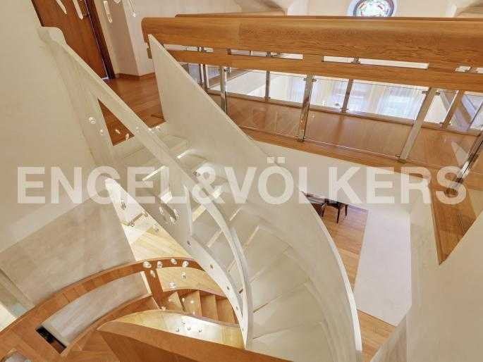 Двойная винтовая лестница на второй уровень