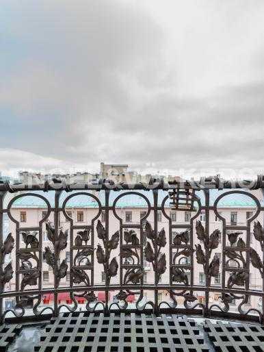 Элитные квартиры в Центральном районе. Санкт-Петербург, Захарьевская ул., 16. Выход на фасадный балкон