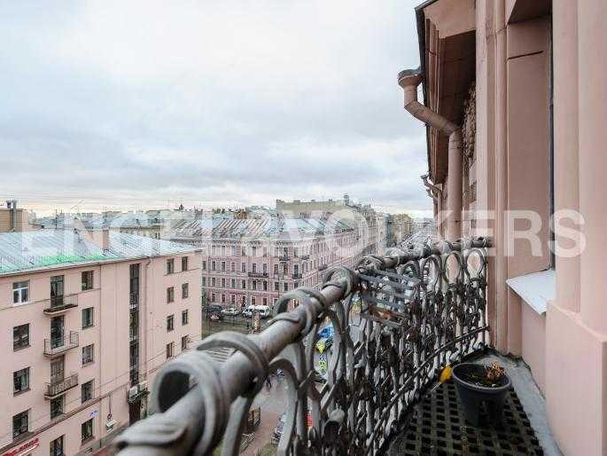 Вид с балкона в сторону исторического центра Петербурга