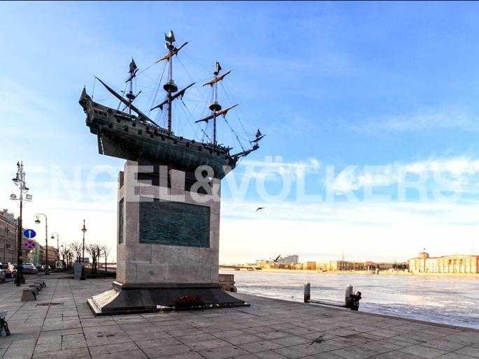 Памятник кораблю Полтава на пересечении пр. Чернышевского и Воскресенской наб.