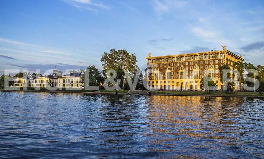 Вид на фасад дома с набережной реки Средней Невки