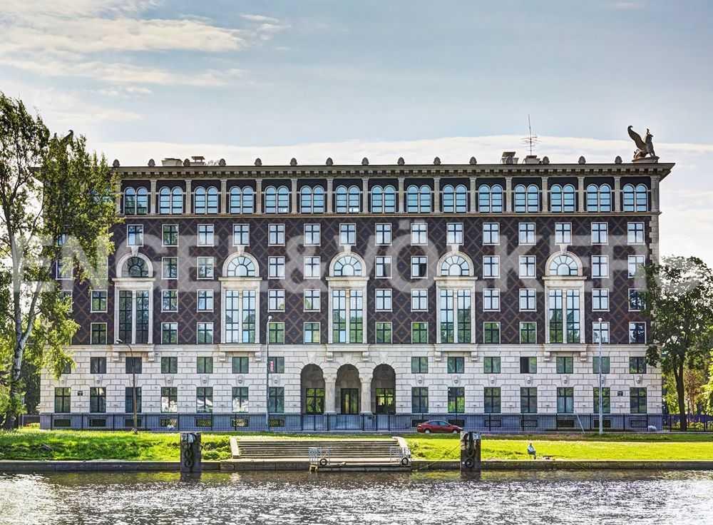 Фасад дома с набережной реки Средней Невки