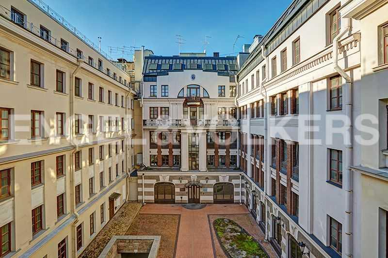 Элитные квартиры в Центральном районе. Санкт-Петербург, пл. Искусств, 5. Вид с балкона во двор