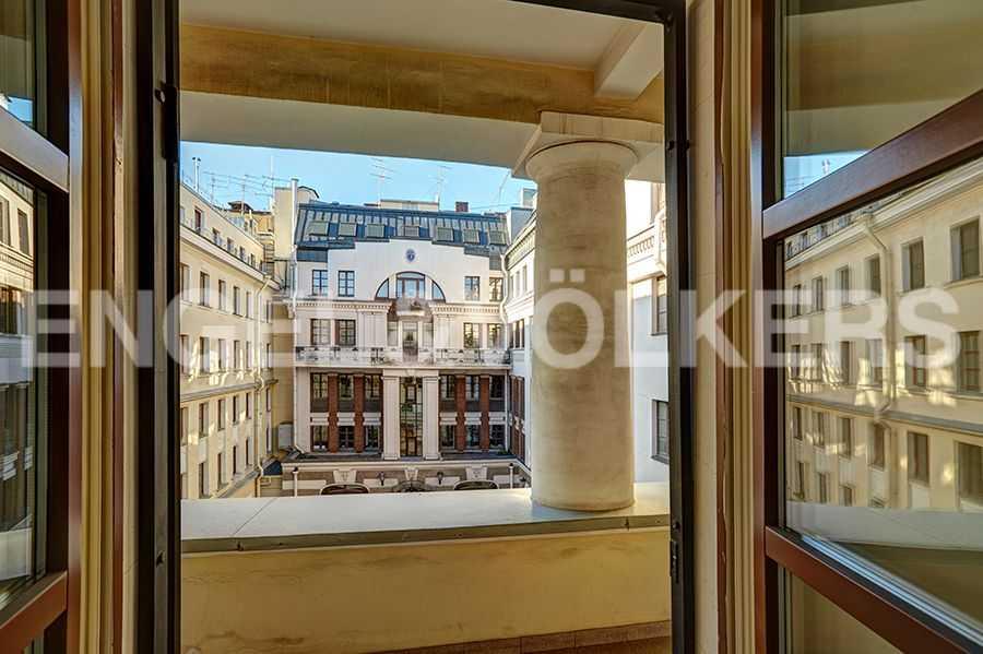 Элитные квартиры в Центральном районе. Санкт-Петербург, пл. Искусств, 5. Выход на балкон