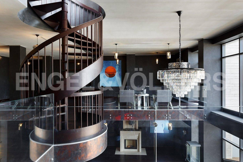 Элитные квартиры в Центральном районе. Санкт-Петербург, наб. Кутузова, 24. Винтовая лестница на открытую террасу на крыше