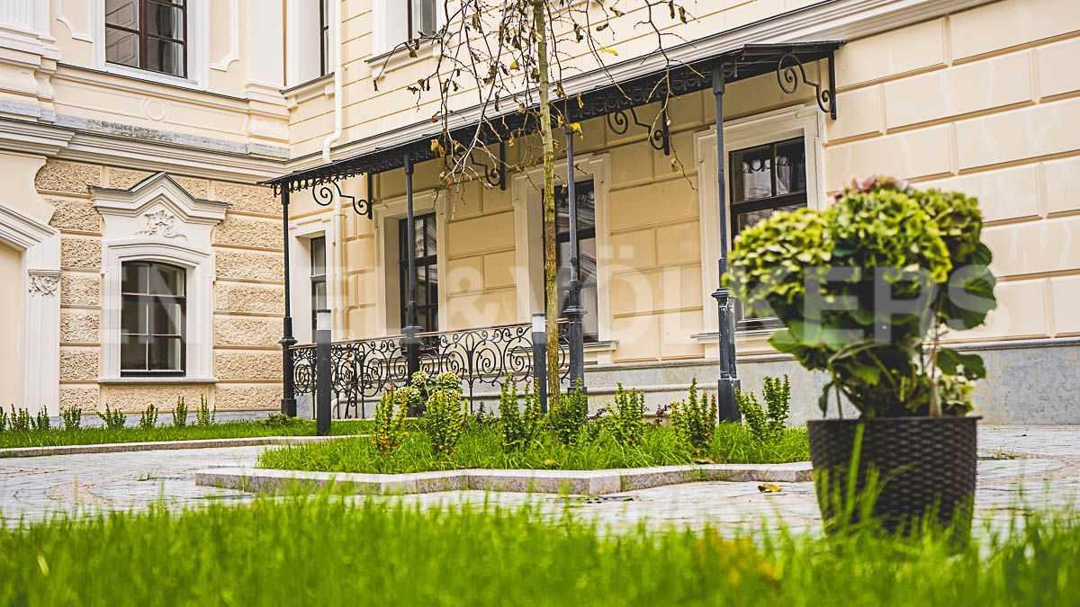 Элитные квартиры в Центральном районе. Санкт-Петербург, наб. Кутузова, 24. Вид на окна бассейна со двора