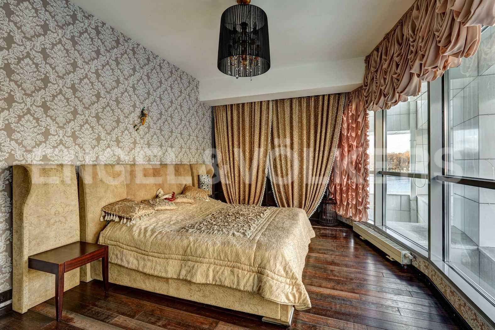 Элитные квартиры в Петроградском районе. Санкт-Петербург, Песочная наб. 18. Спальня, выполненная в изысканном стиле