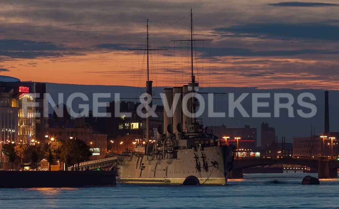 Элитные квартиры в Центральном районе. Санкт-Петербург, наб. Кутузова, 24. Вид на крейсер Аврору