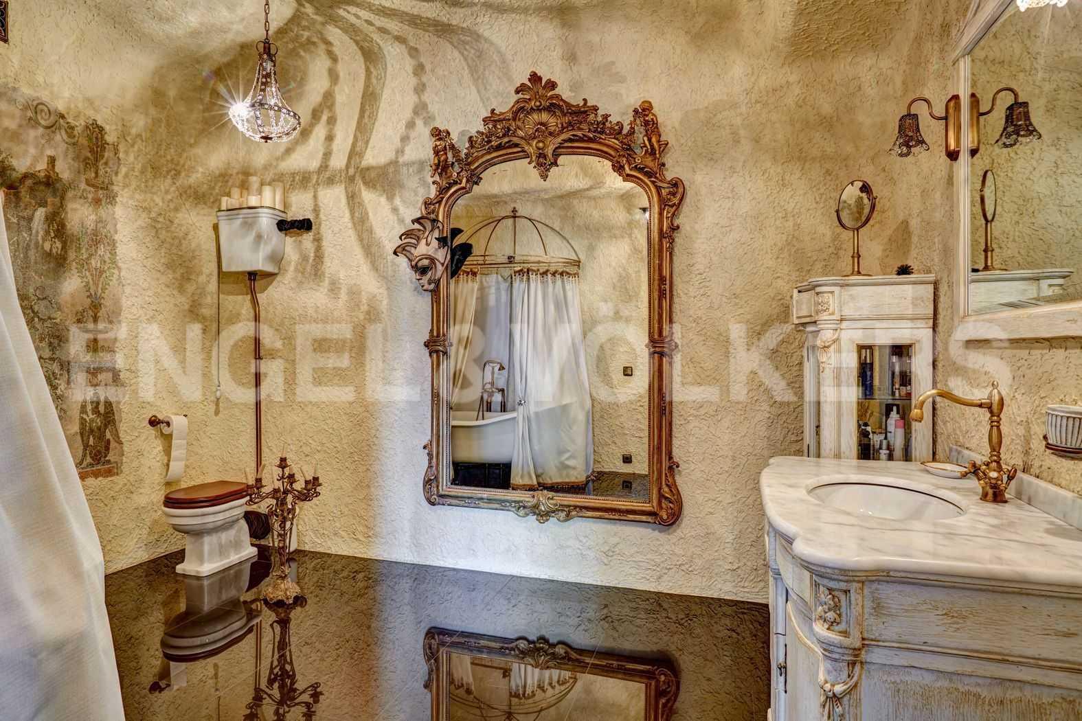 Элитные квартиры в Петроградском районе. Санкт-Петербург, Песочная наб. 18. Итальянская ванная комната в венецианском стиле