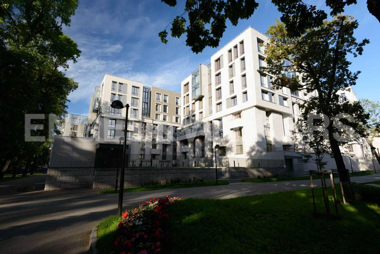 Элитные квартиры в Центральном районе. Санкт-Петербург, ул.Смольного, 4. Благоустроенная территория комплекса