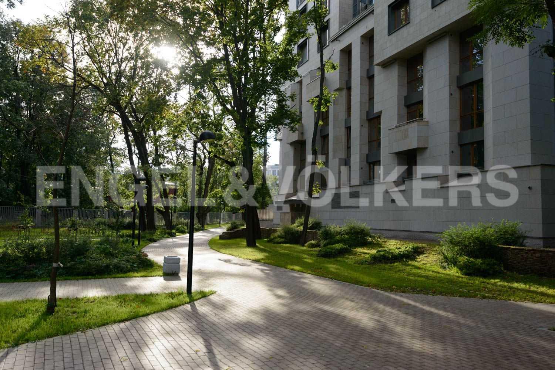 Элитные квартиры в Центральном районе. Санкт-Петербург, ул.Смольного, 4. Придомовая территория корпуса