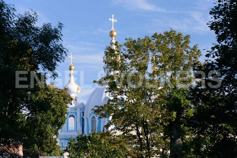 Элитные квартиры в Центральном районе. Санкт-Петербург, ул.Смольного, 4. Смольный собор в зелени
