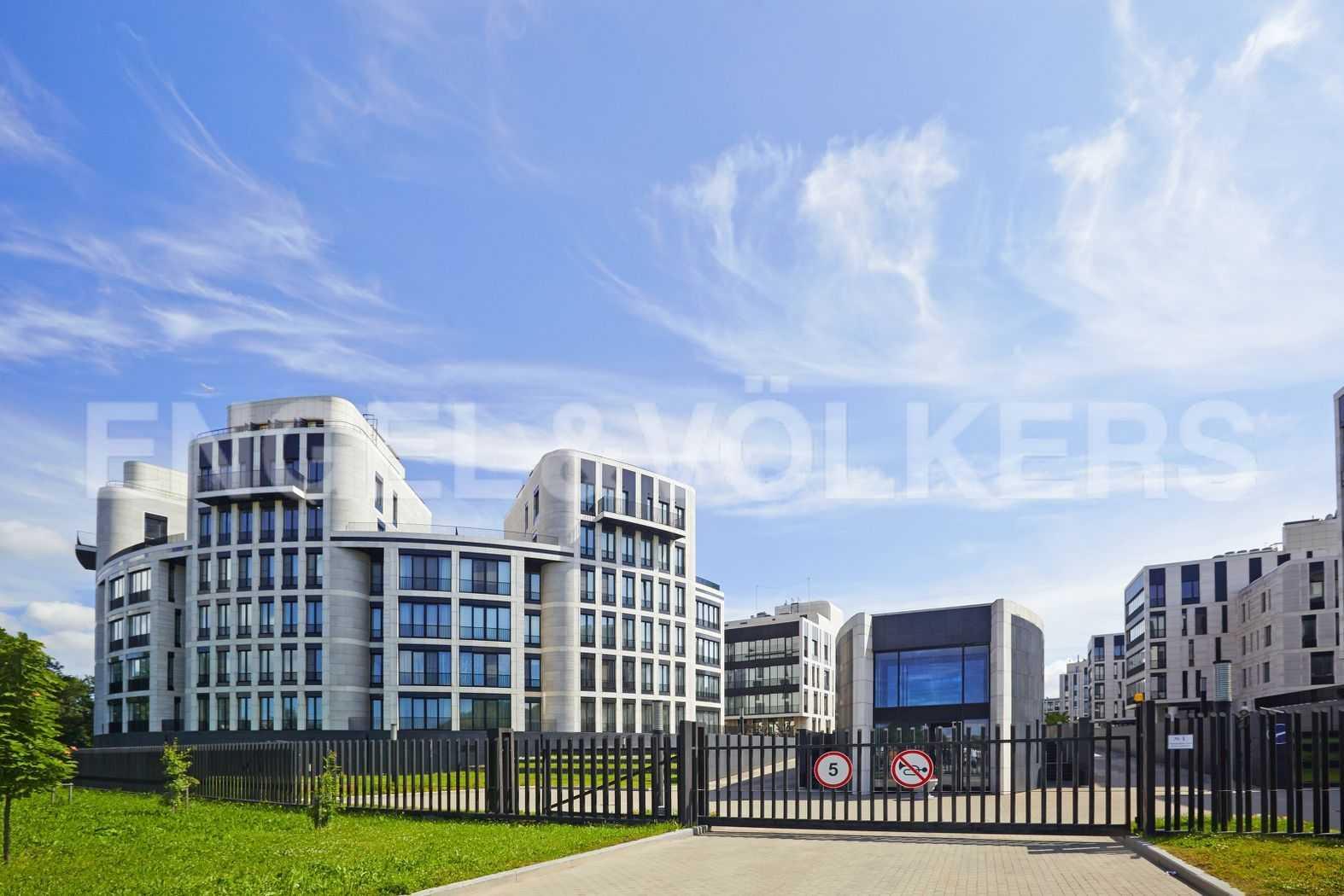 Элитные квартиры на . Санкт-Петербург, наб. Мартынова, 74. Парадный вход с Гребного канала