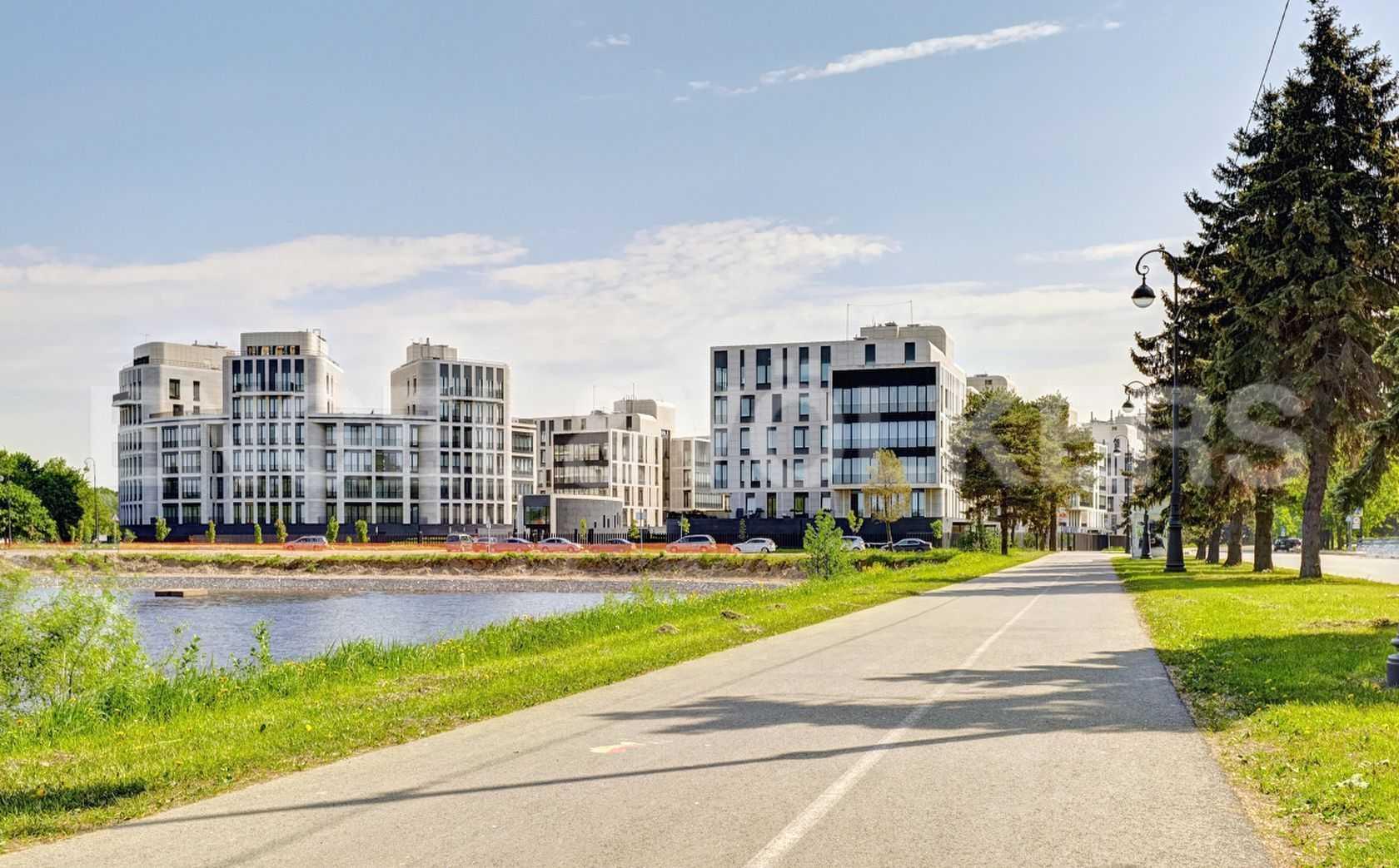 Элитные квартиры на . Санкт-Петербург, наб. Мартынова, 74. Велосипедная дорожка вдоль Гребного канала