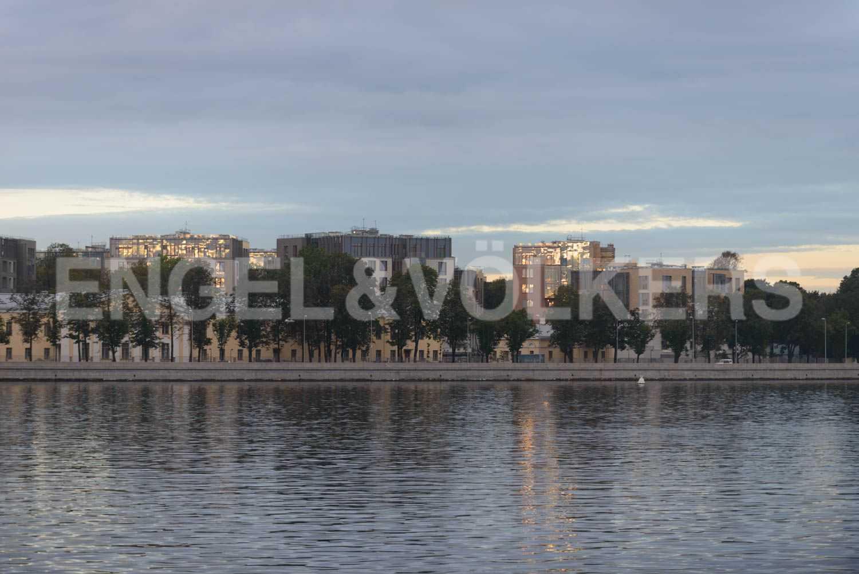 Элитные квартиры в Центральном районе. Санкт-Петербург, ул.Смольного, 4. Вид на комплекс с воды