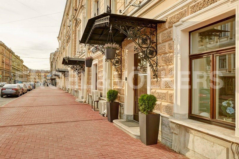 Элитные квартиры в Центральном районе. Санкт-Петербург, наб. Кутузова, 24. Вход в парадную с Гагаринской улицы