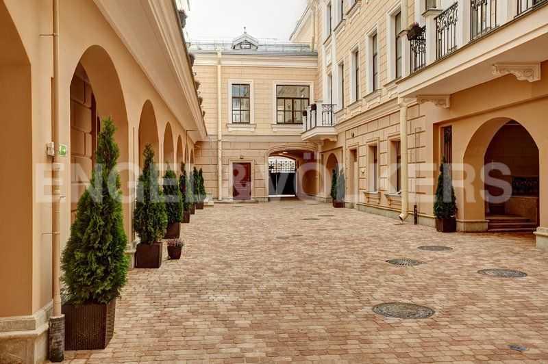 Элитные квартиры в Центральном районе. Санкт-Петербург, наб. Кутузова, 24. Малый внутренний двор