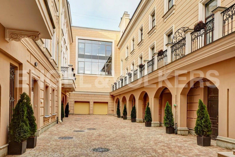 Элитные квартиры в Центральном районе. Санкт-Петербург, наб. Кутузова, 24. Малый внутренний двор и въезд в паркинг