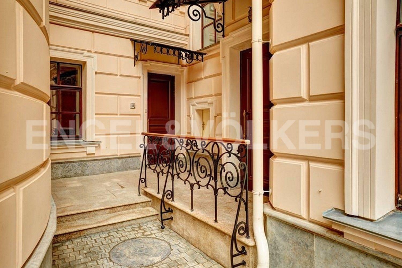 Элитные квартиры в Центральном районе. Санкт-Петербург, наб. Кутузова, 24. Выход из парадной во внутренний двор