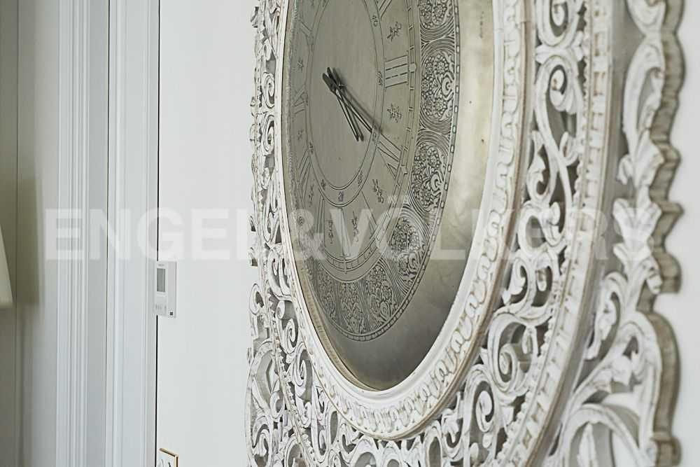Элитные квартиры на . Санкт-Петербург, Крестовский пр., 12. Часы в спальне