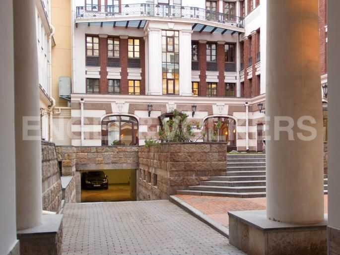 Элитные квартиры в Центральном районе. Санкт-Петербург, Итальянская ул, 4. Вход на придомовую территорию с въездом в паркинг