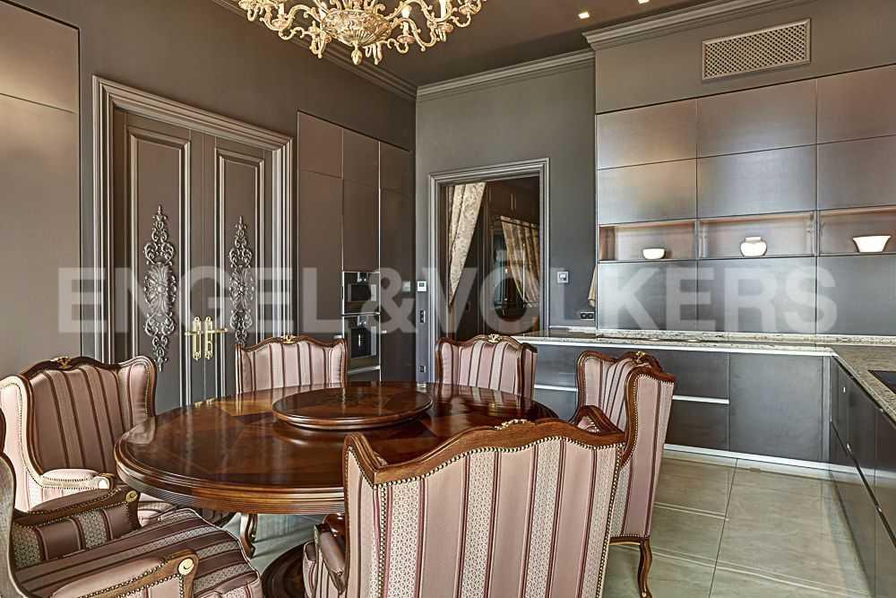Кухня - столовая. Встроенный гарнитур Ernestomeda. Мебель из коллекций Arte Brotto и Seven Sedie