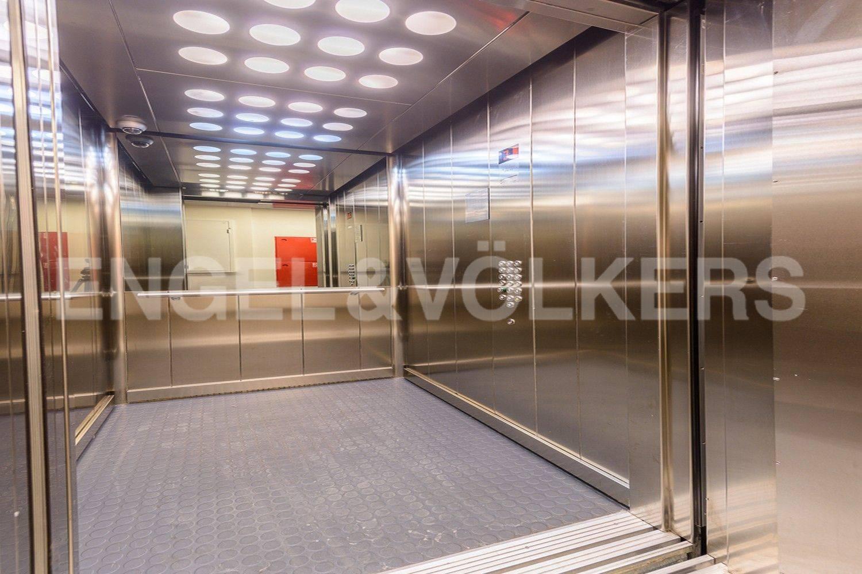 Элитные квартиры в Василеостровском районе. Санкт-Петербург, Средний проспект В.О., 85. Лифт в парадной (спуск до уровня паркинга)