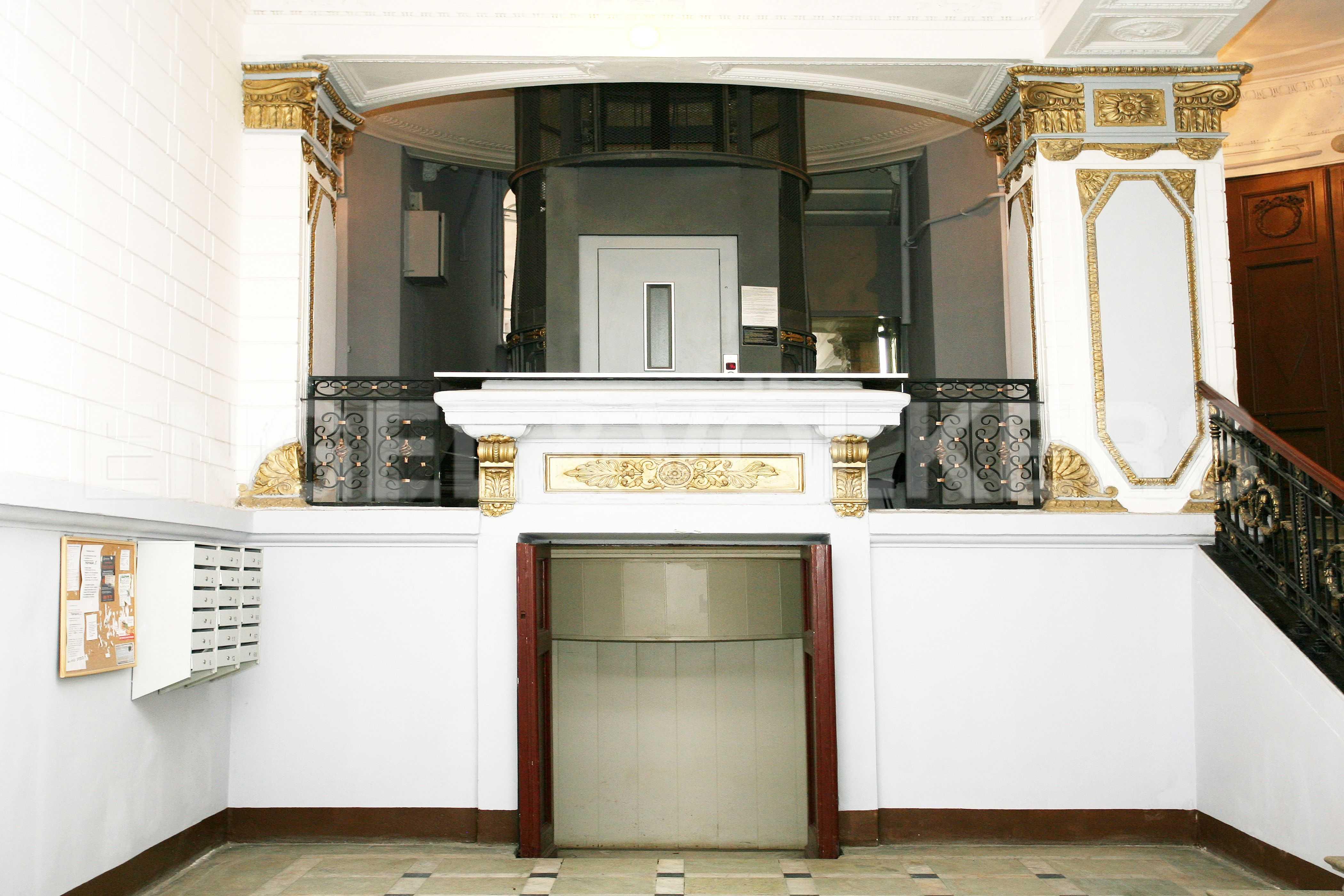 Элитные квартиры в Центральном районе. Санкт-Петербург, Таврическая, 5. Парадный вход с отреставрированным лифтом