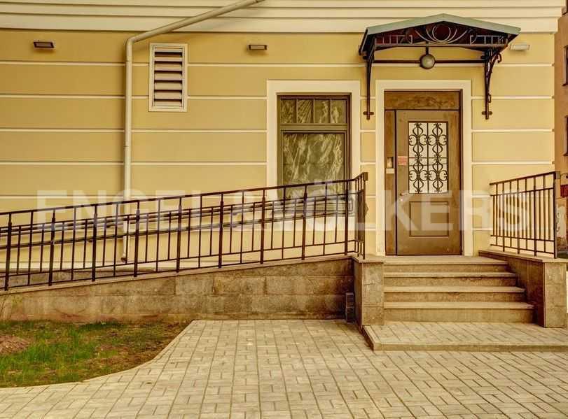 Элитные квартиры в Центральном районе. Санкт-Петербург, 4-я Советская ул, 9. Пандусы на входе в парадную