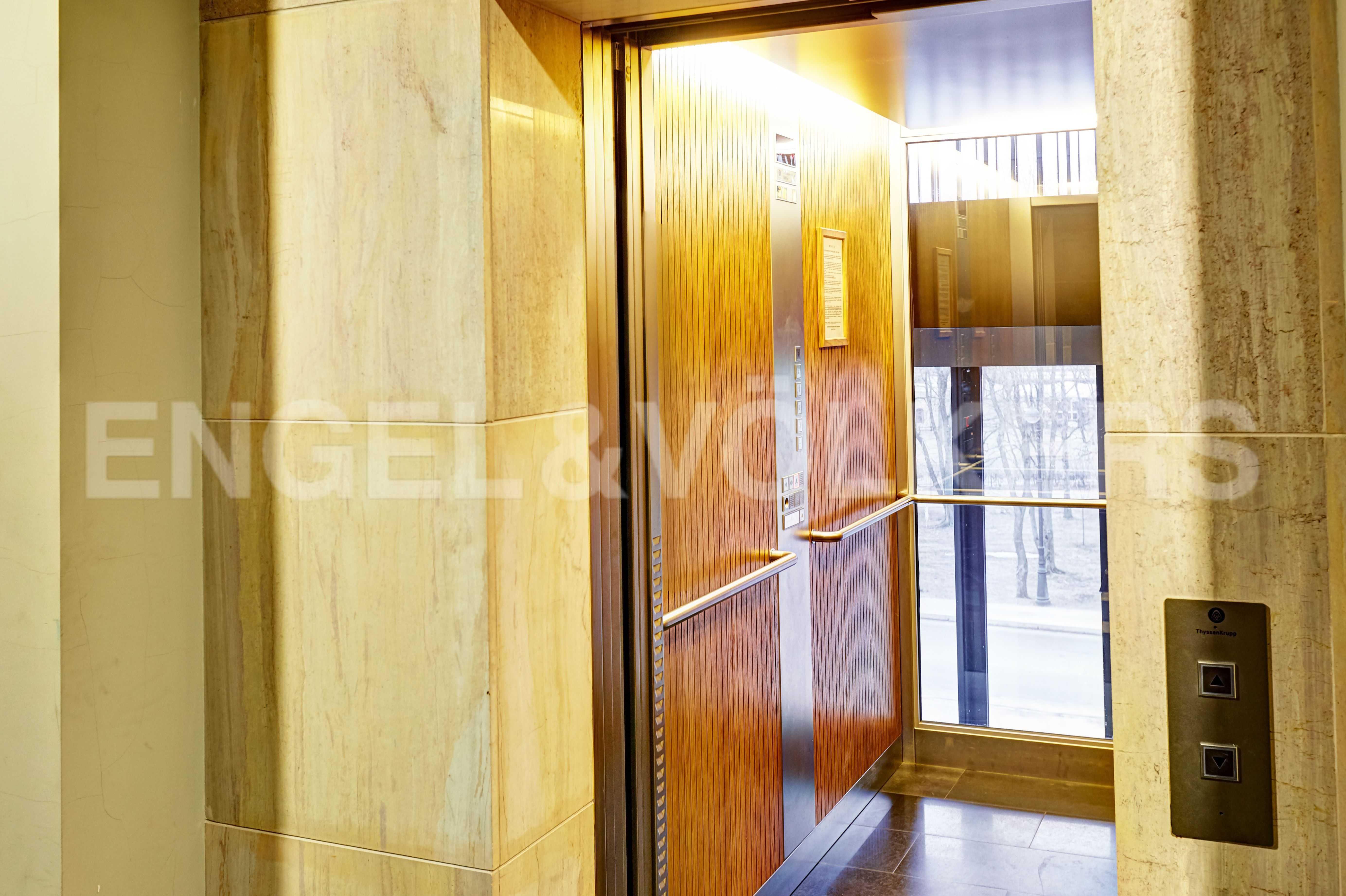 Элитные квартиры на . Санкт-Петербург, наб. Мартынова, 74. Лифт Thyssen с панорамным остеклением