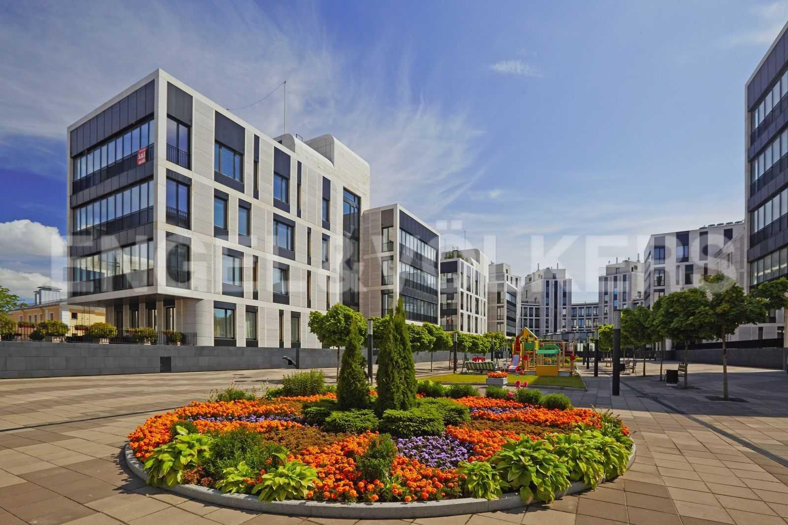 Элитные квартиры на . Санкт-Петербург, наб. Мартынова, 74. Территория комплекса с ландшафтным дизайном