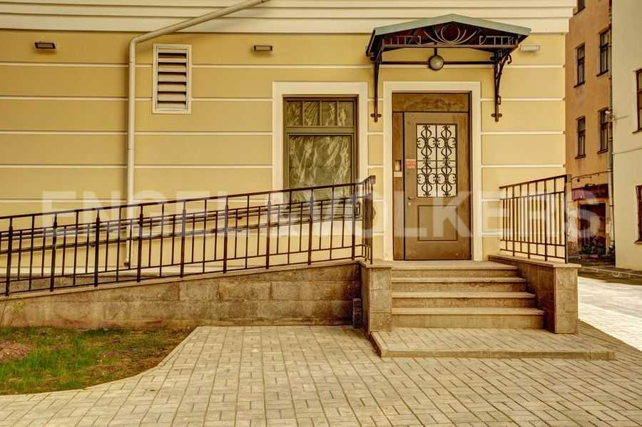 Элитные квартиры в Центральном районе. Санкт-Петербург, 4-я Советская ул, 9 . Входные группы с пандусами