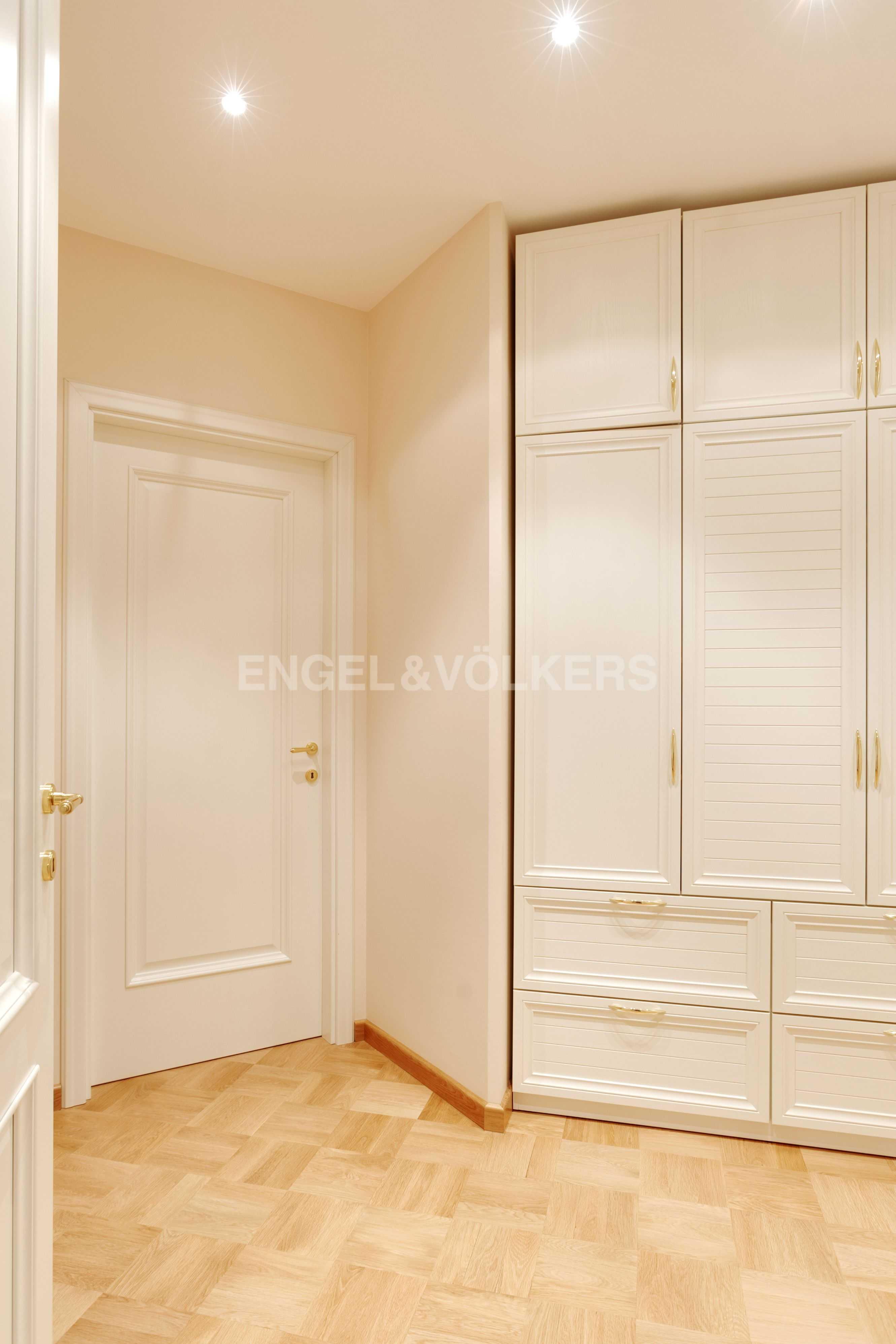 Холл со встроенными шкафами