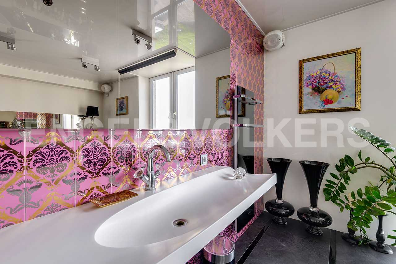 Зеркало-плазменная панель в ванной комнате