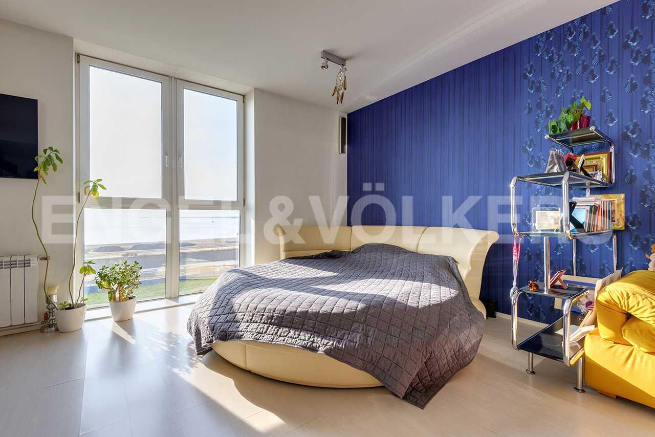Панорамное окно в детской комнате (либо второй спальне)