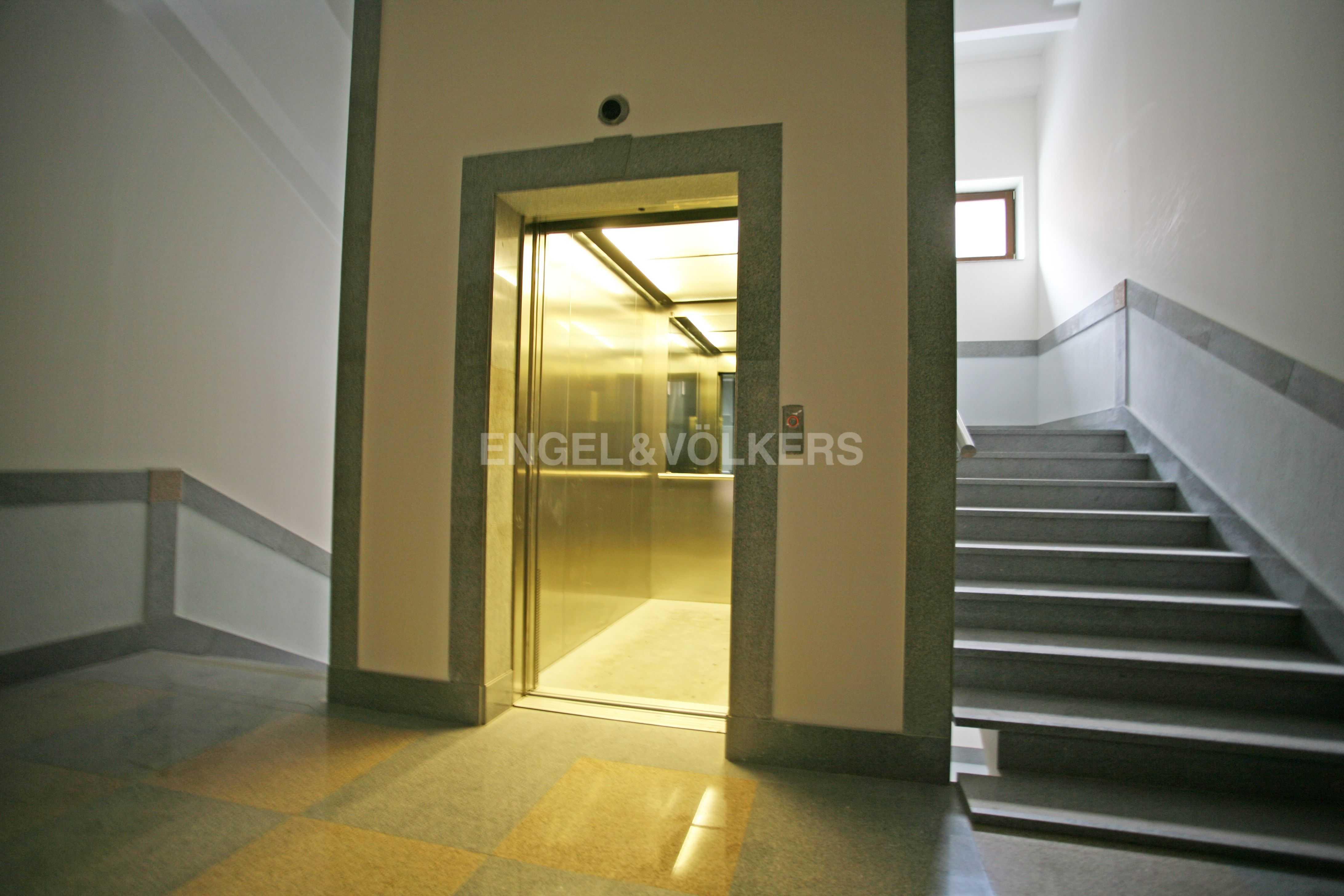 Элитные квартиры в Центральный р-н. Санкт-Петербург, Тверская ул., 1A . Лифт в парадной