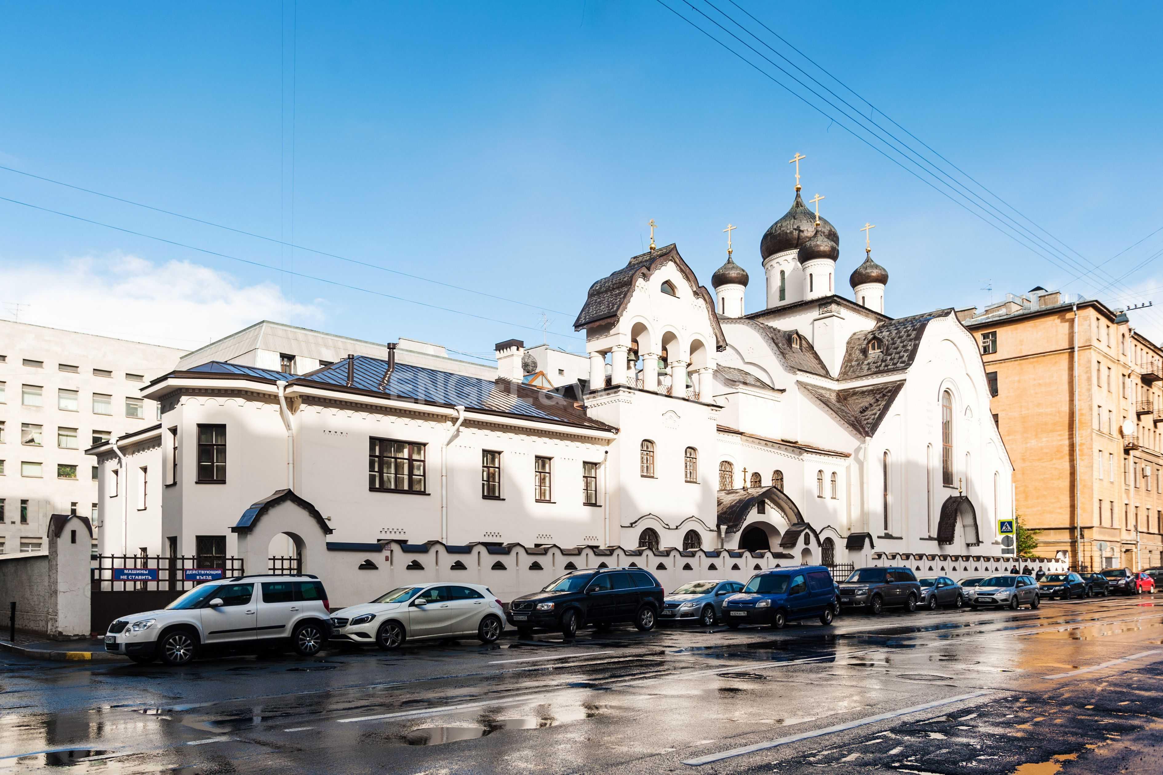 Тверская улица и церковь Знамения Пресвятой Богородицы
