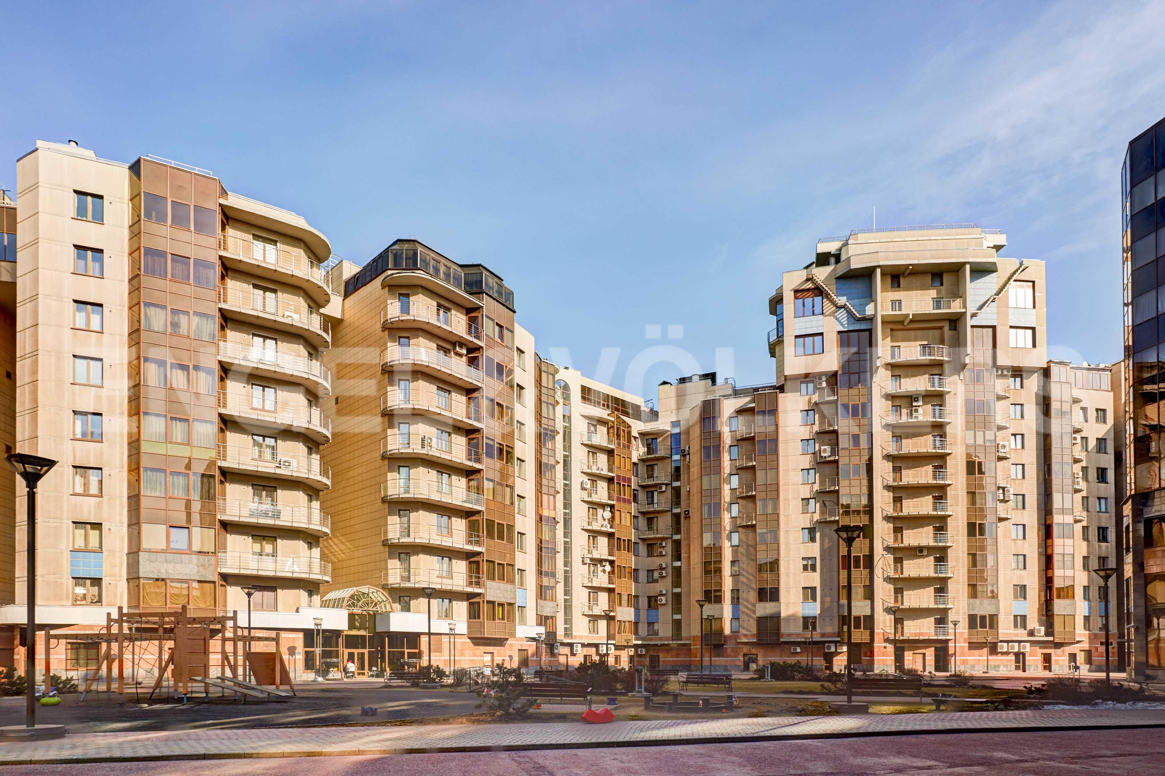 Элитные квартиры в Центральном районе. Санкт-Петербург, Воскресенская наб., 4. Фасад здания с внутренней стороны комплекса