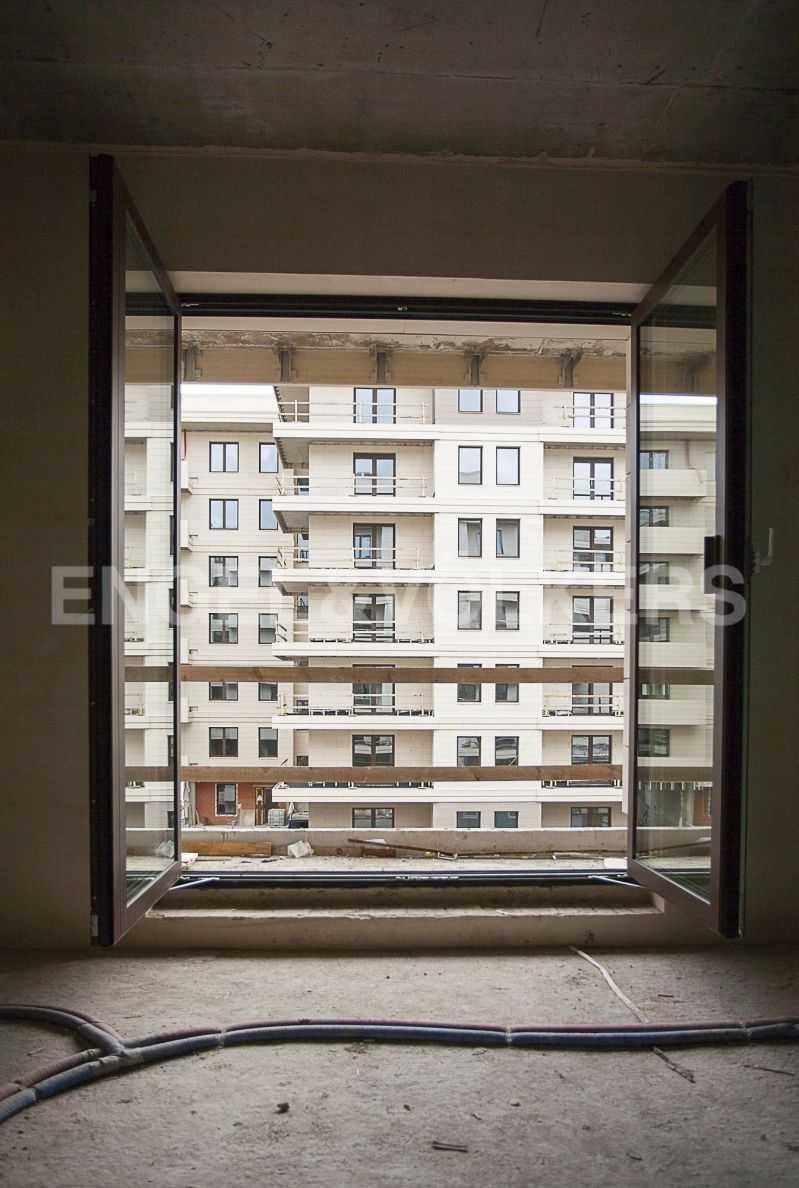 Элитные квартиры на . Санкт-Петербург, Вязовая ул., 8. Панорамное окно с выходом на лоджию