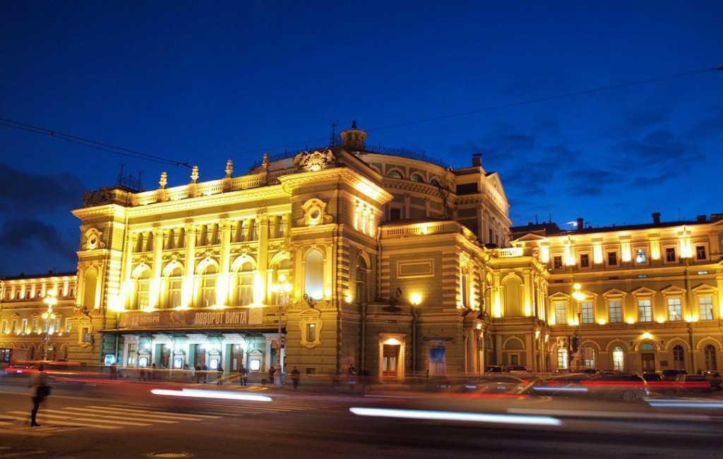 До конца года движение на Театральной площади будет ограничено.