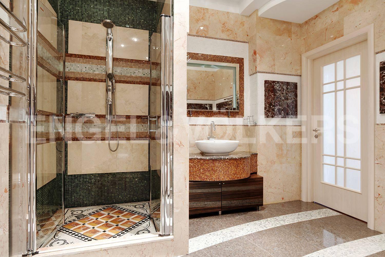 Элитные квартиры на . Санкт-Петербург, Кемская, 1. Ванная комната. Дизайнерская отделка мрамором и гранитом