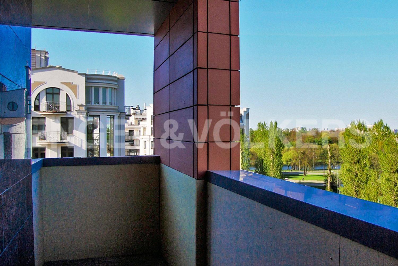 Элитные квартиры на . Санкт-Петербург, Морской проспект, дом 28. Балкон, вид на парковую зону
