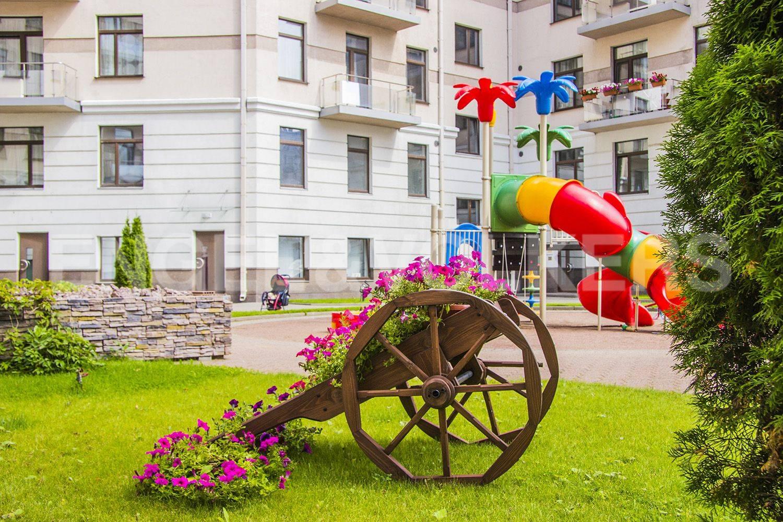 Элитные квартиры на . Санкт-Петербург, Кемская, 1. Закрытая территория комплекса с детской площадкой