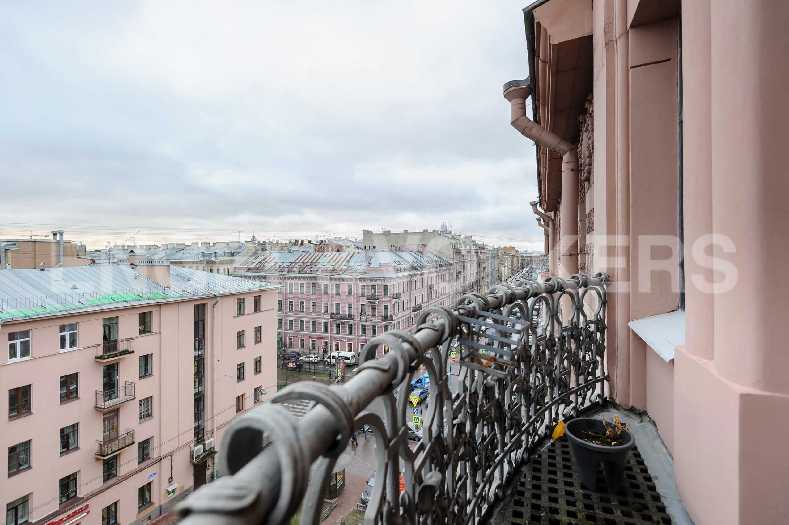 Элитные квартиры в Центральный р-н. Санкт-Петербург, Захарьевская, 16. Вид с балкона в сторону исторического центра Петербурга