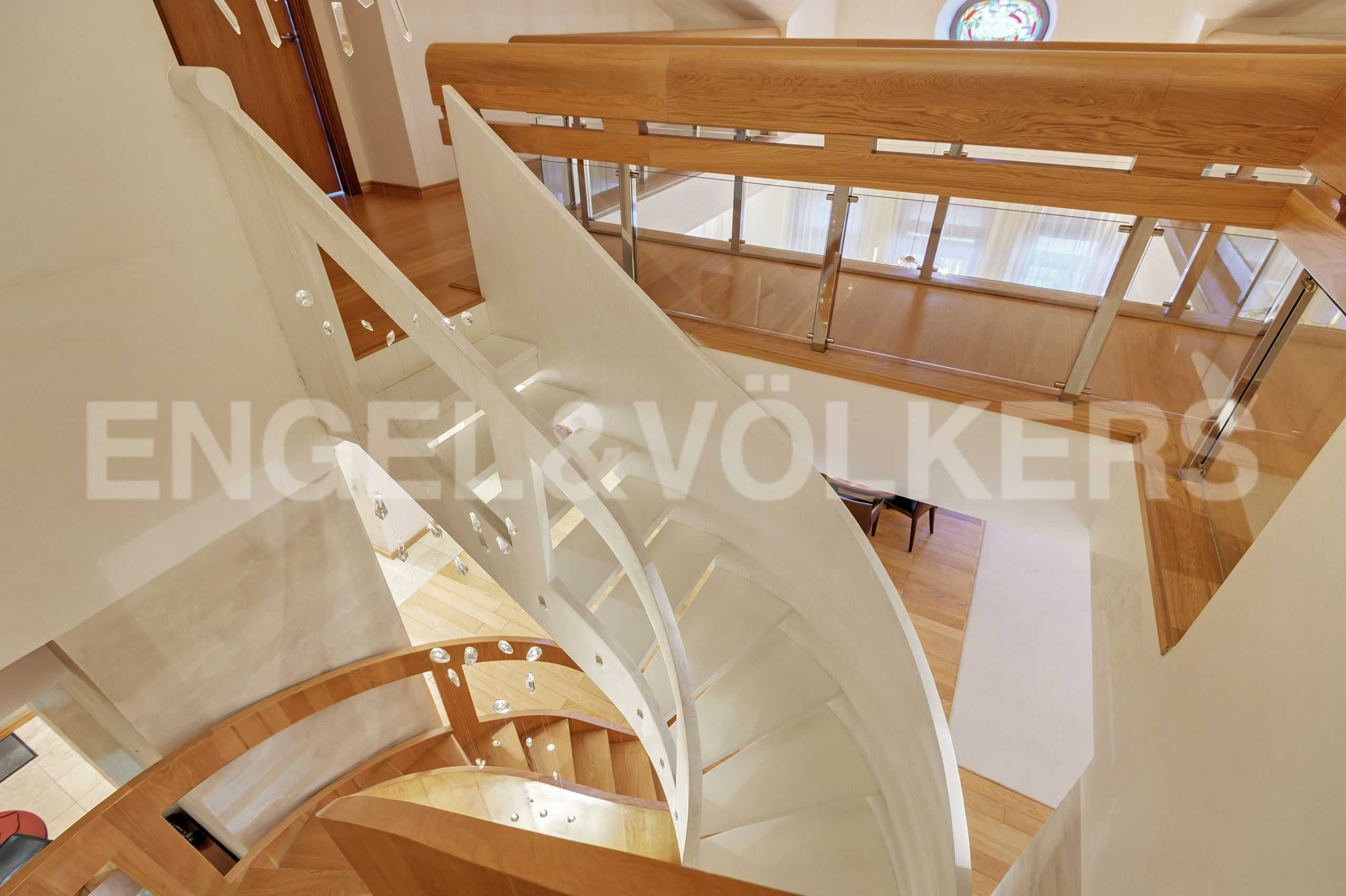 Элитные квартиры в Центральный р-н. Санкт-Петербург, Захарьевская, 16. Двойная винтовая лестница на второй уровень
