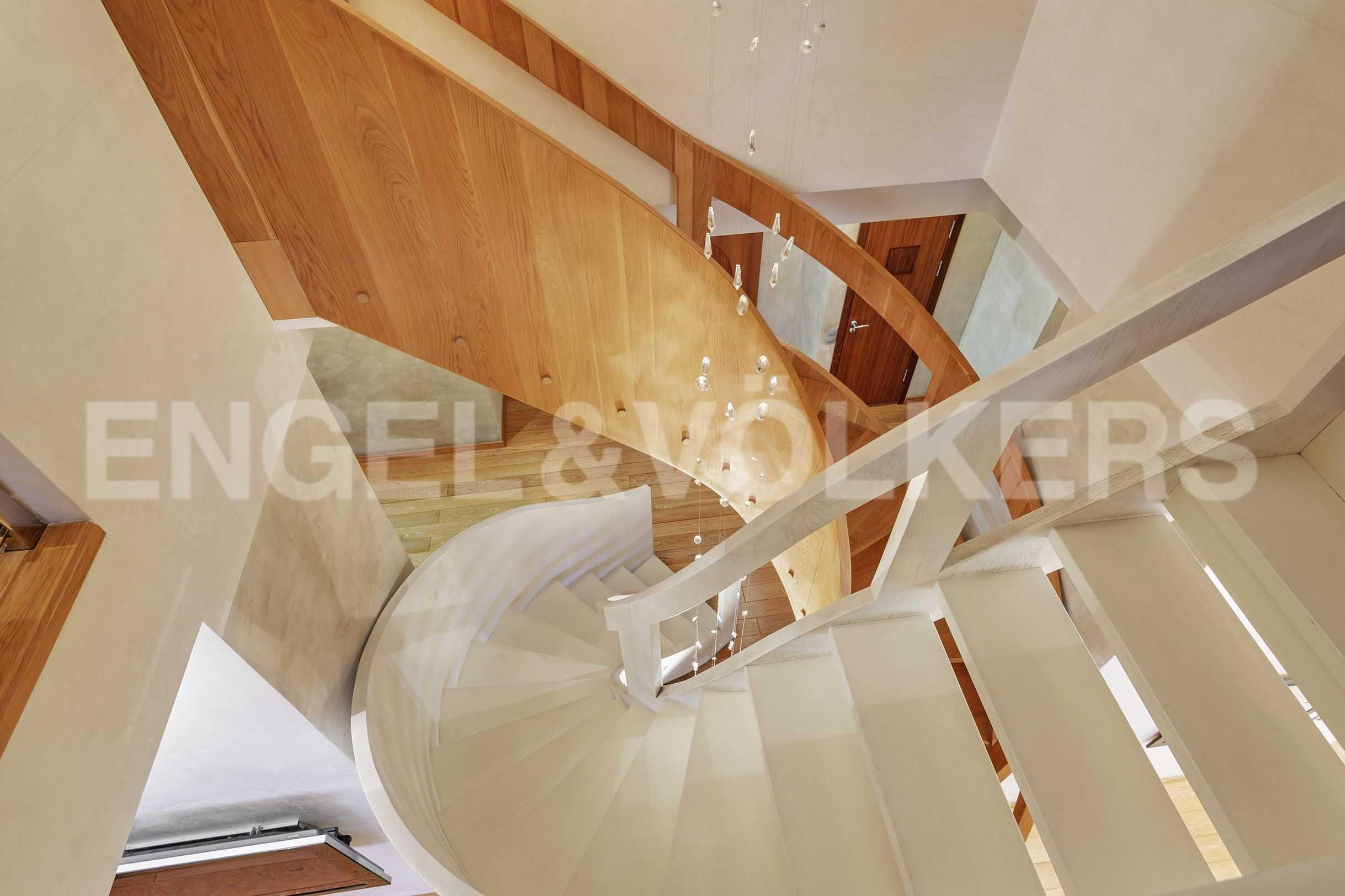 Элитные квартиры в Центральный р-н. Санкт-Петербург, Захарьевская, 16. Лестница между уровнями квартиры