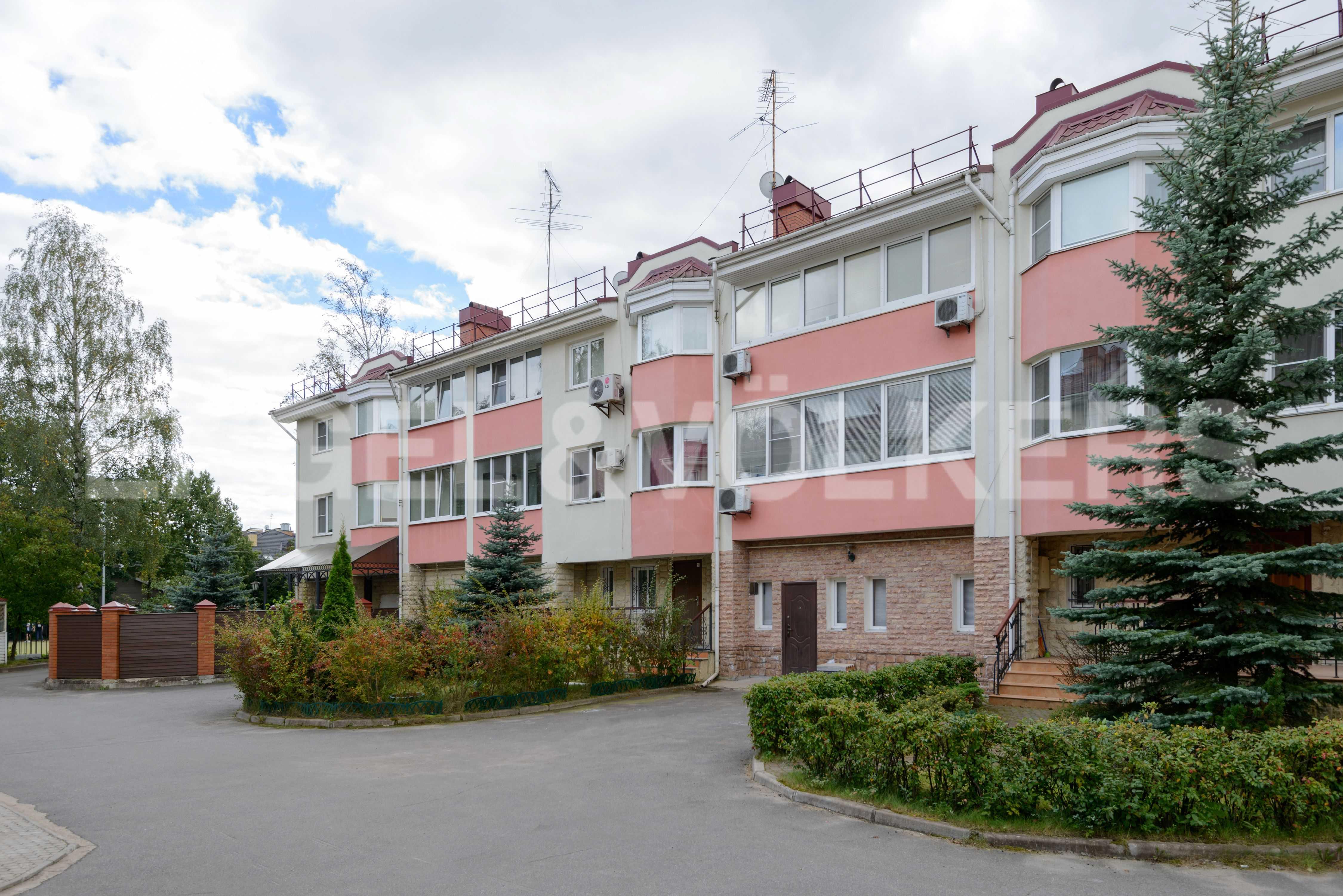 Элитные квартиры в Других районах области. Санкт-Петербург, Тбилисская, 22 . Закрытая придомовая территория