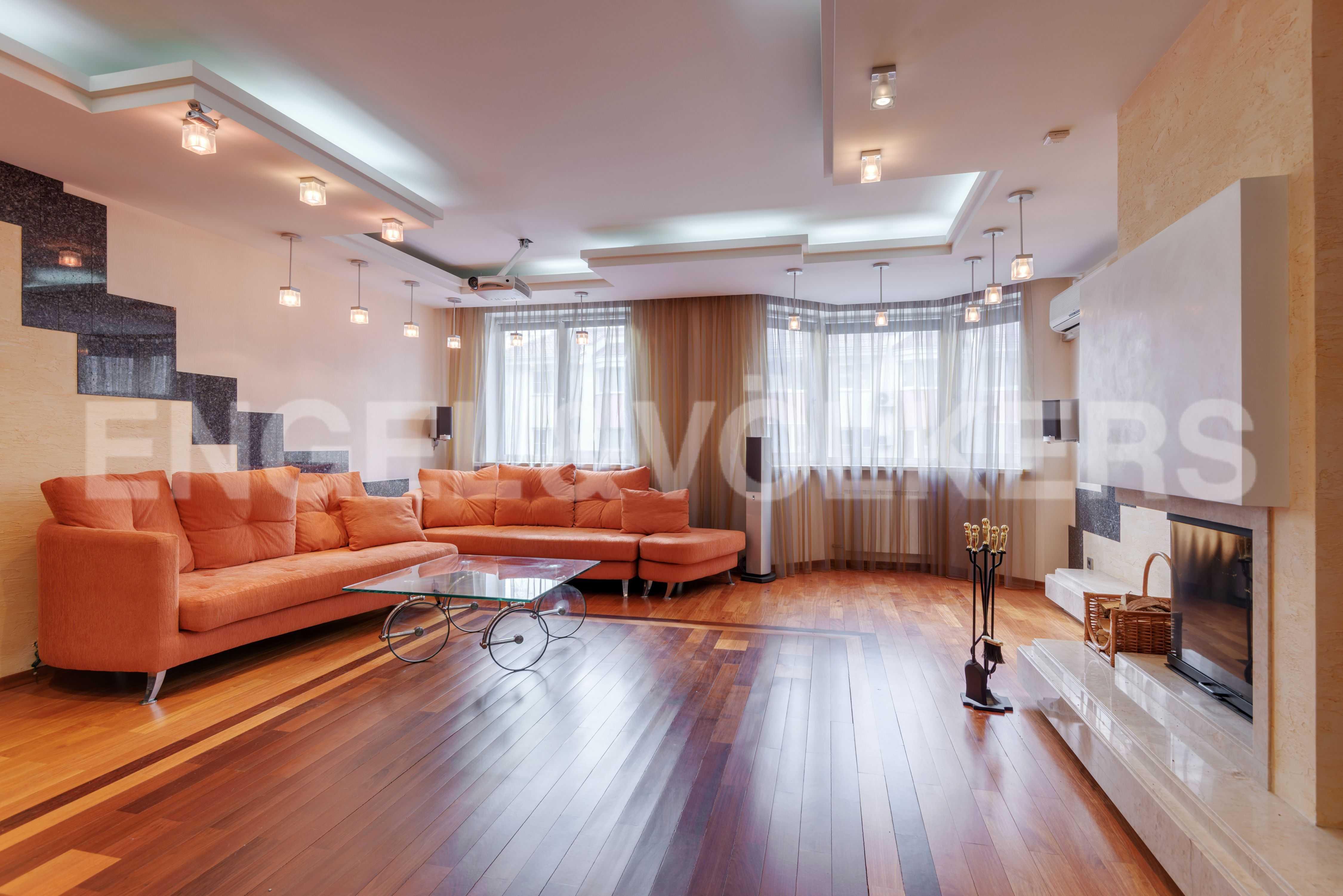 Элитные квартиры в Других районах области. Санкт-Петербург, Тбилисская, 22 . Гостиный зал
