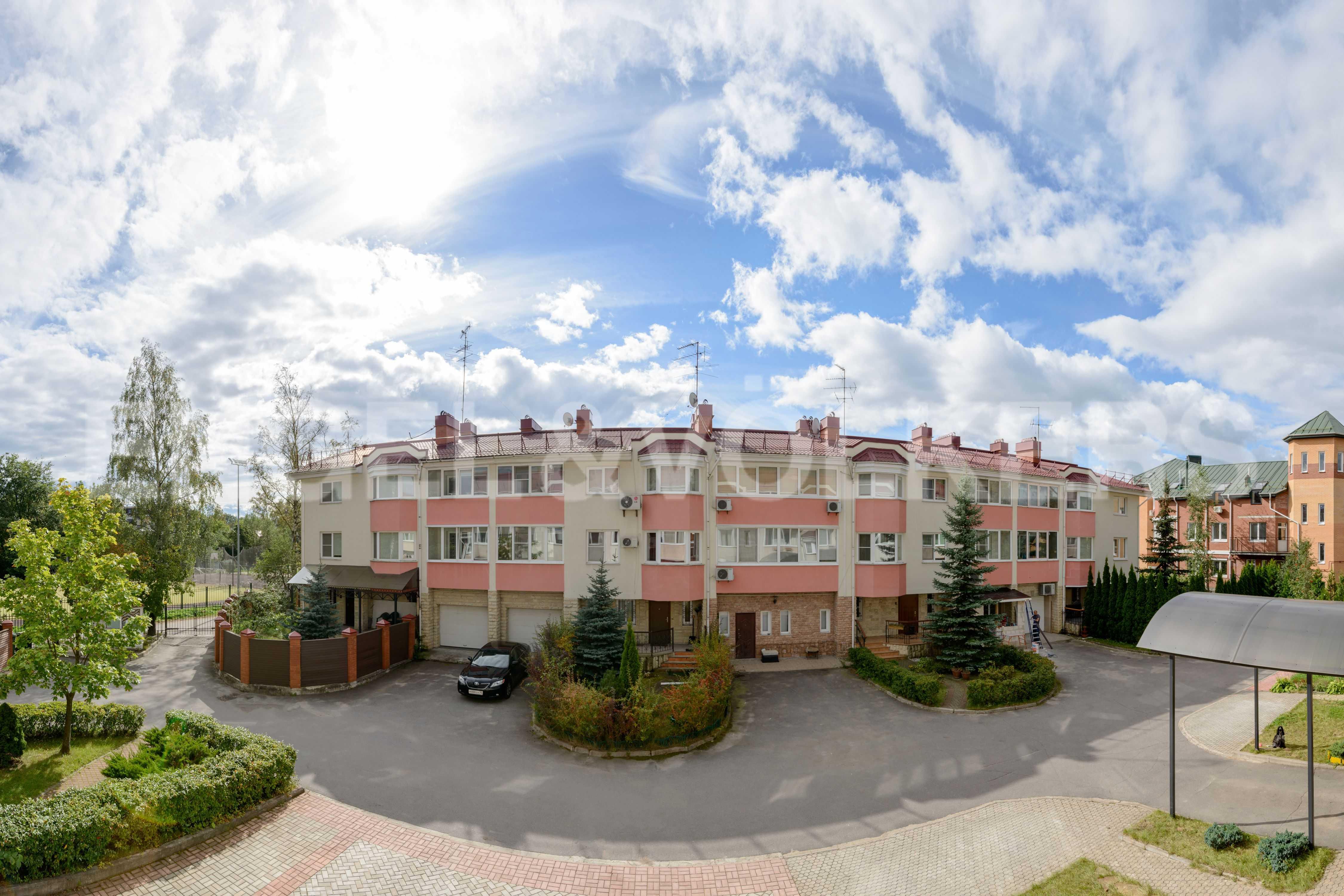 Элитные квартиры в Других районах области. Санкт-Петербург, Тбилисская, 22 . Вид из окон на придомовую территорию