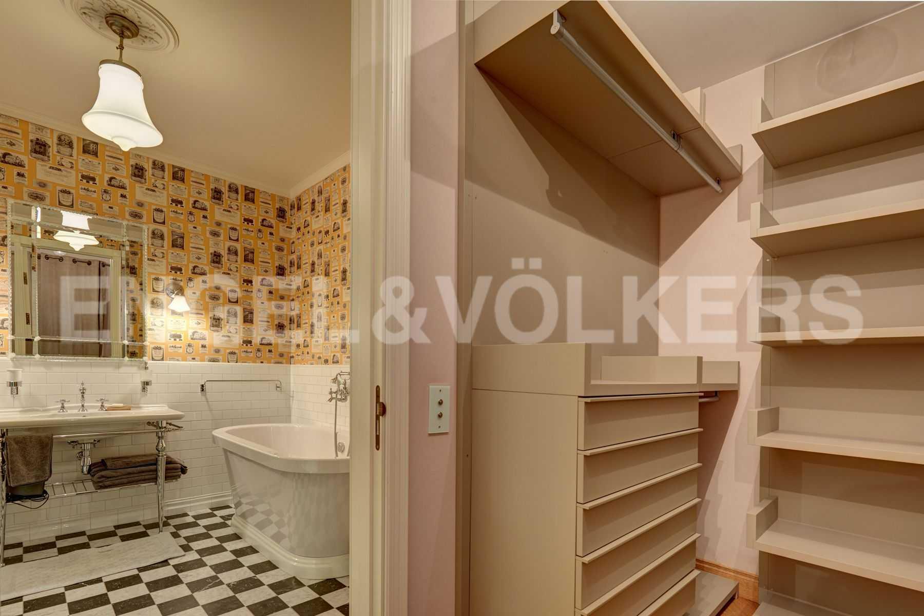Элитные квартиры на . Санкт-Петербург, Динамо,12. Гардеробная и ванная в приватной зоне